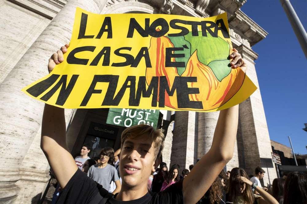 Giovani in piazza in tutta Italia:  La nostra casa è in fiamme