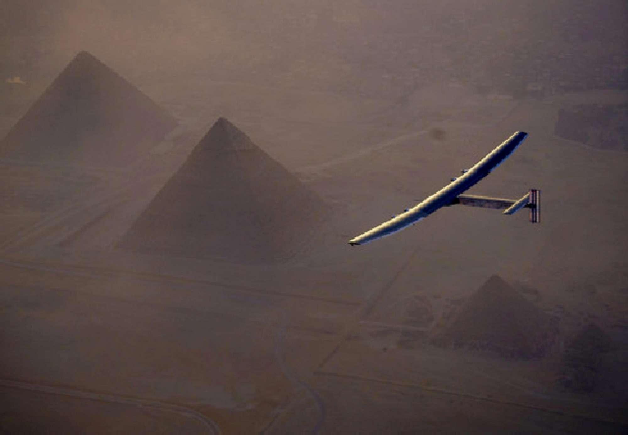 Il Solar Impulse 2 atterra a Il Cairo