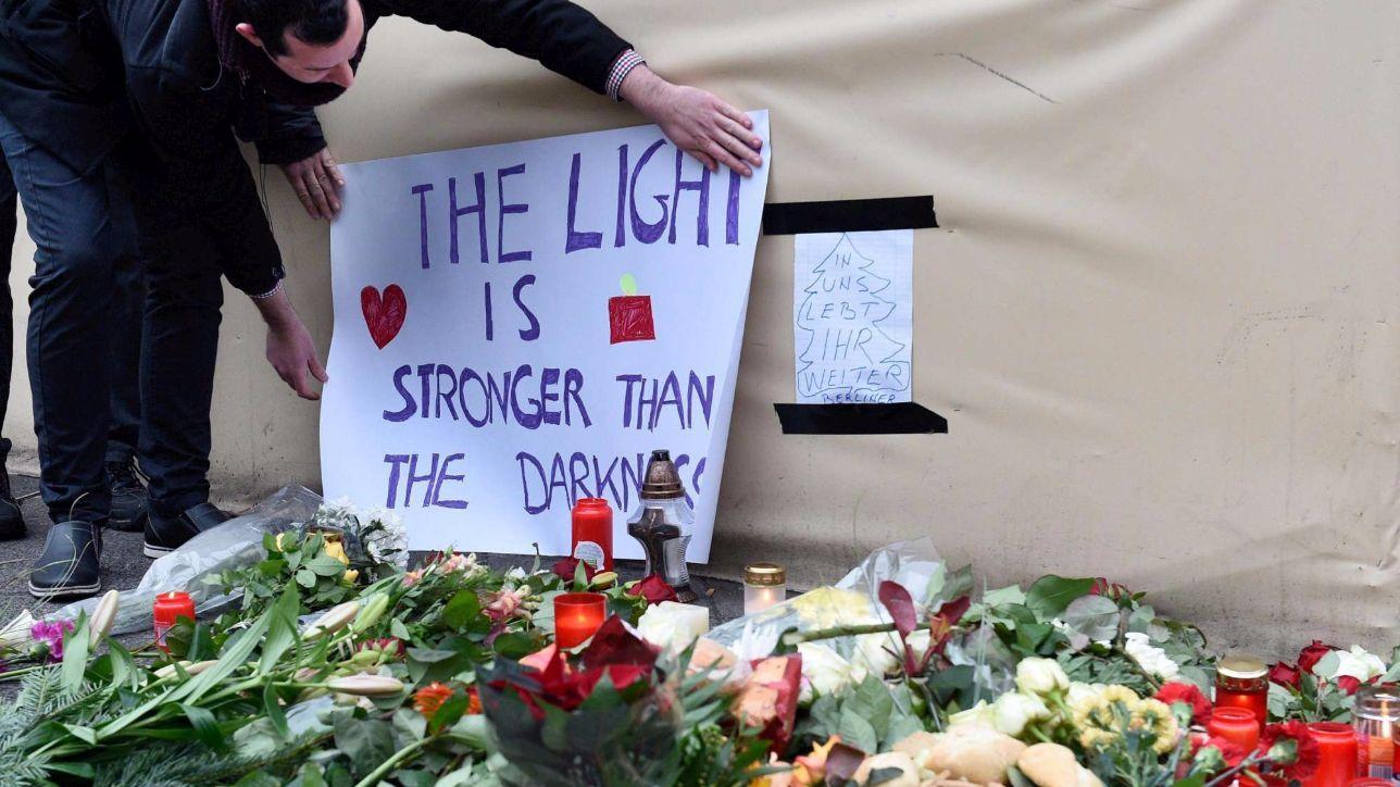 Il cordoglio di Berlino, la città rende omaggio alle vittime della strage
