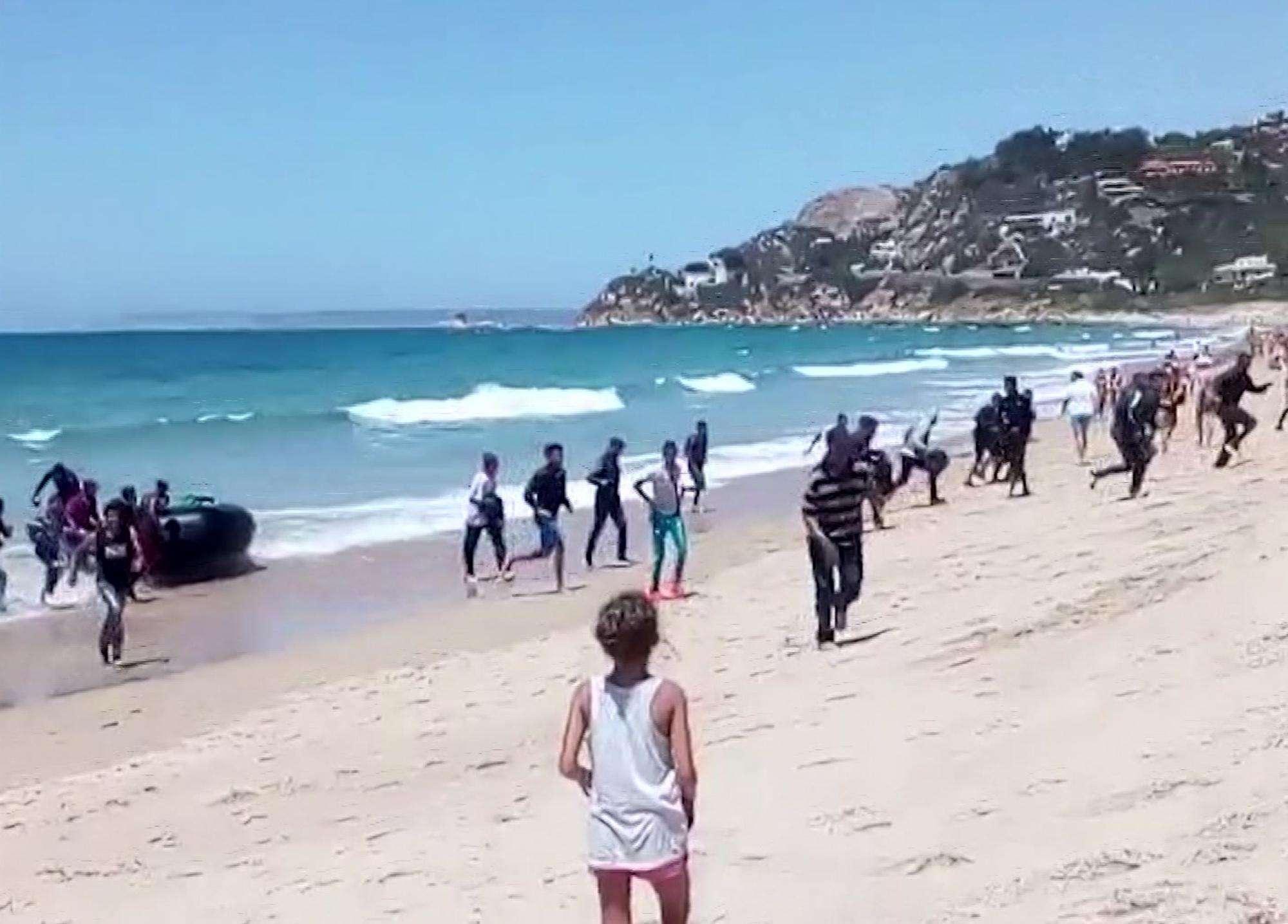 Spagna, barcone di migranti in spiaggia tra i bagnanti