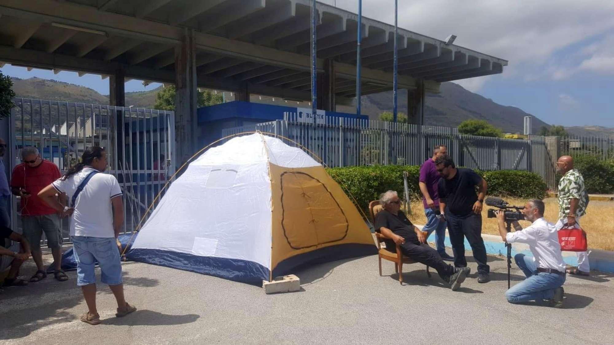Blutec, operaio in tenda davanti alla fabbrica per protesta