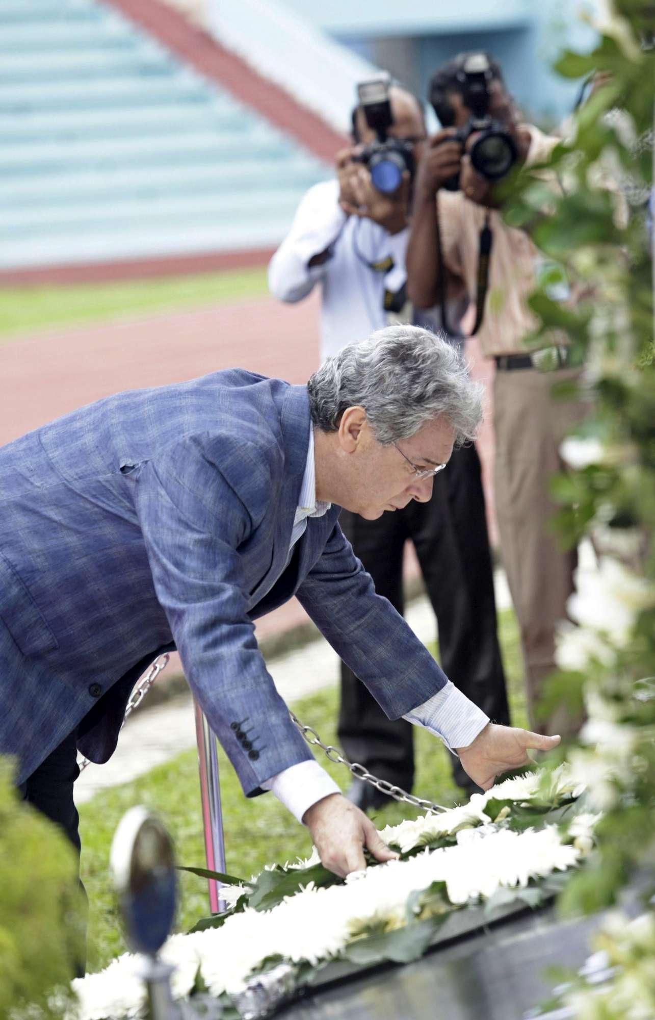 Dacca, alle vittime della strage la corona di fiori del premier del Bangladesh