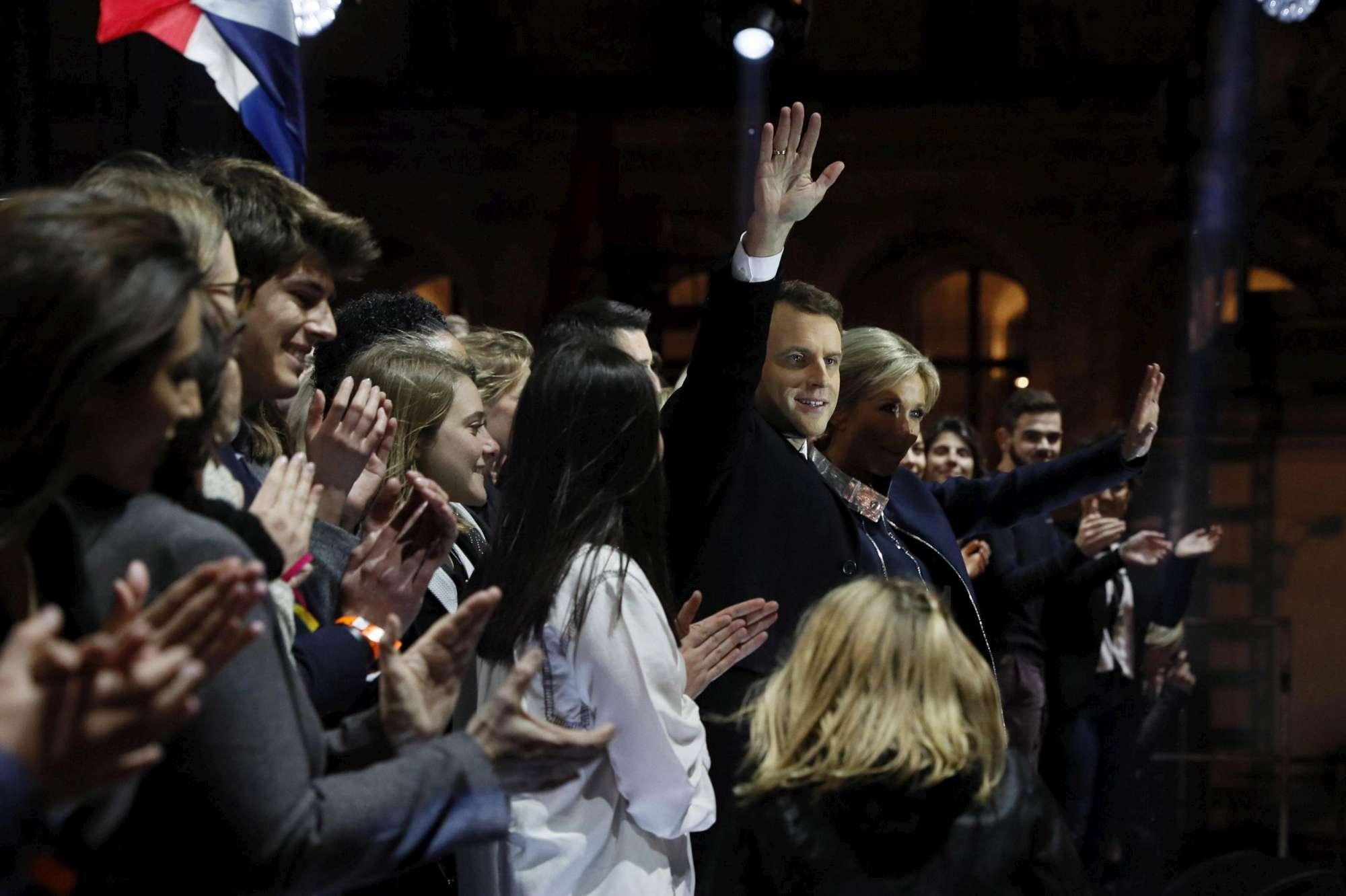 Macron festeggia sul palco con Brigitte (e la famiglia di lei)
