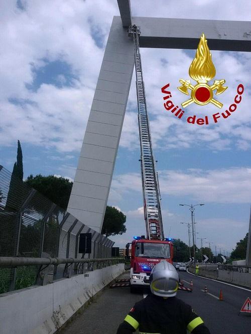 Roma-Fiumicino, cadono calcinacci da un ponte: strada chiusa