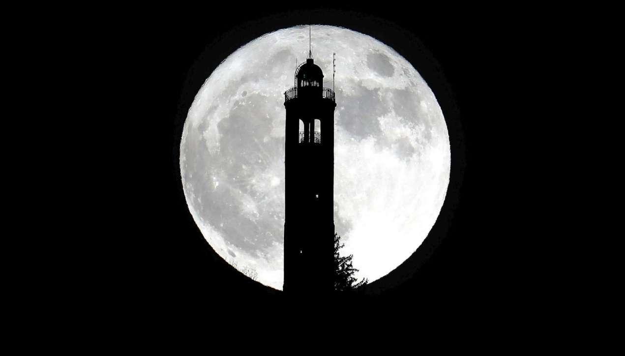 Lo spettacolo della superluna sui cieli italiani