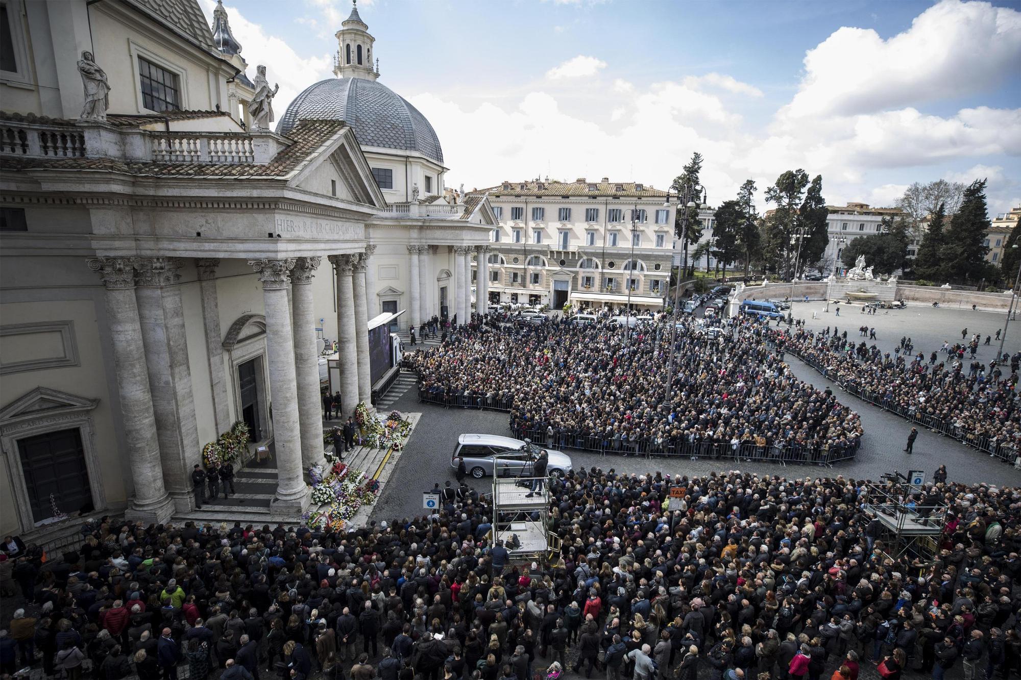 Fabrizio Frizzi, folla a Piazza del Popolo per i funerali del conduttore