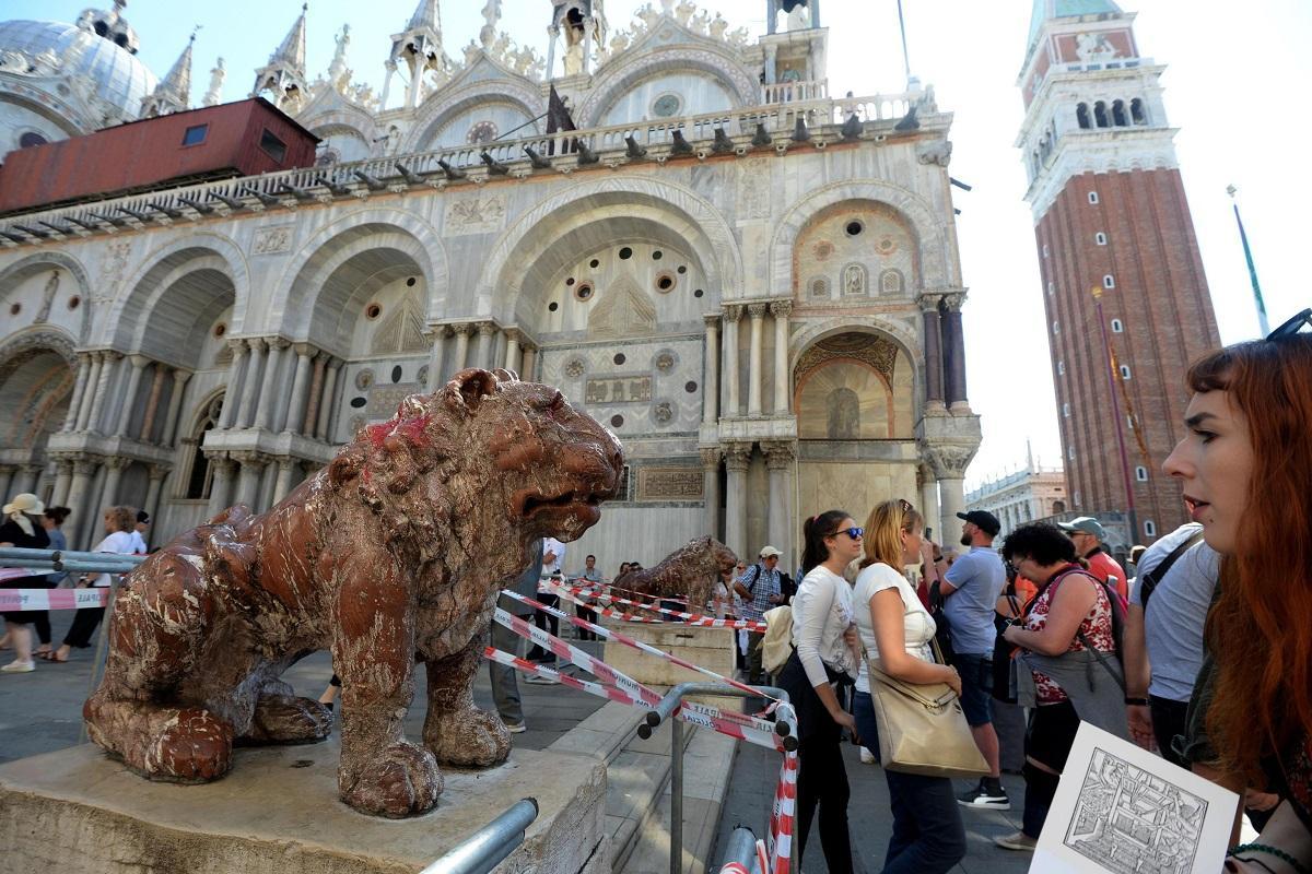 Vandali a Venezia: vernice rossa su uno dei leoncini di San Marco