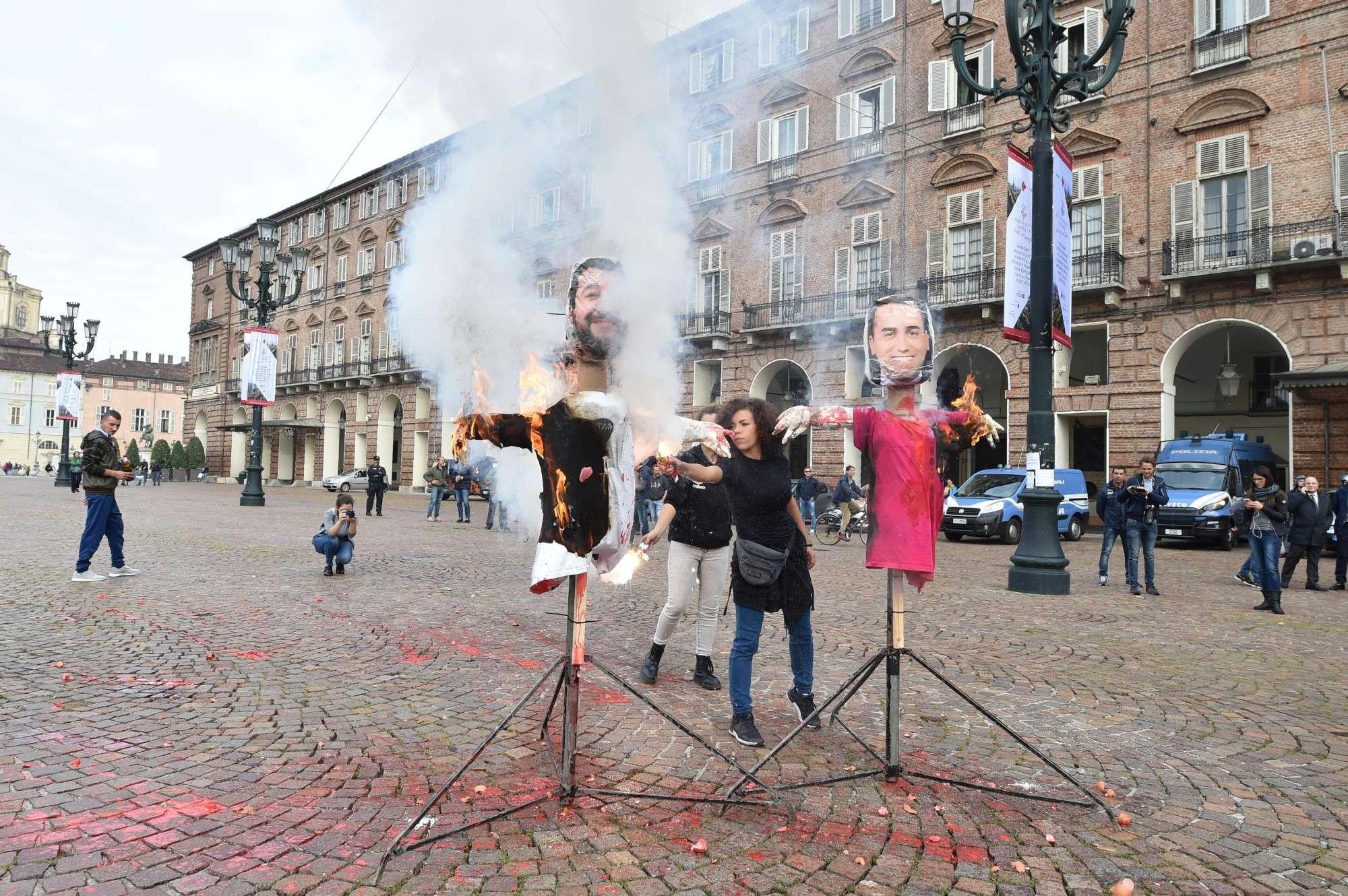Torino, gli studenti bruciano i manichini di Salvini e Di Maio