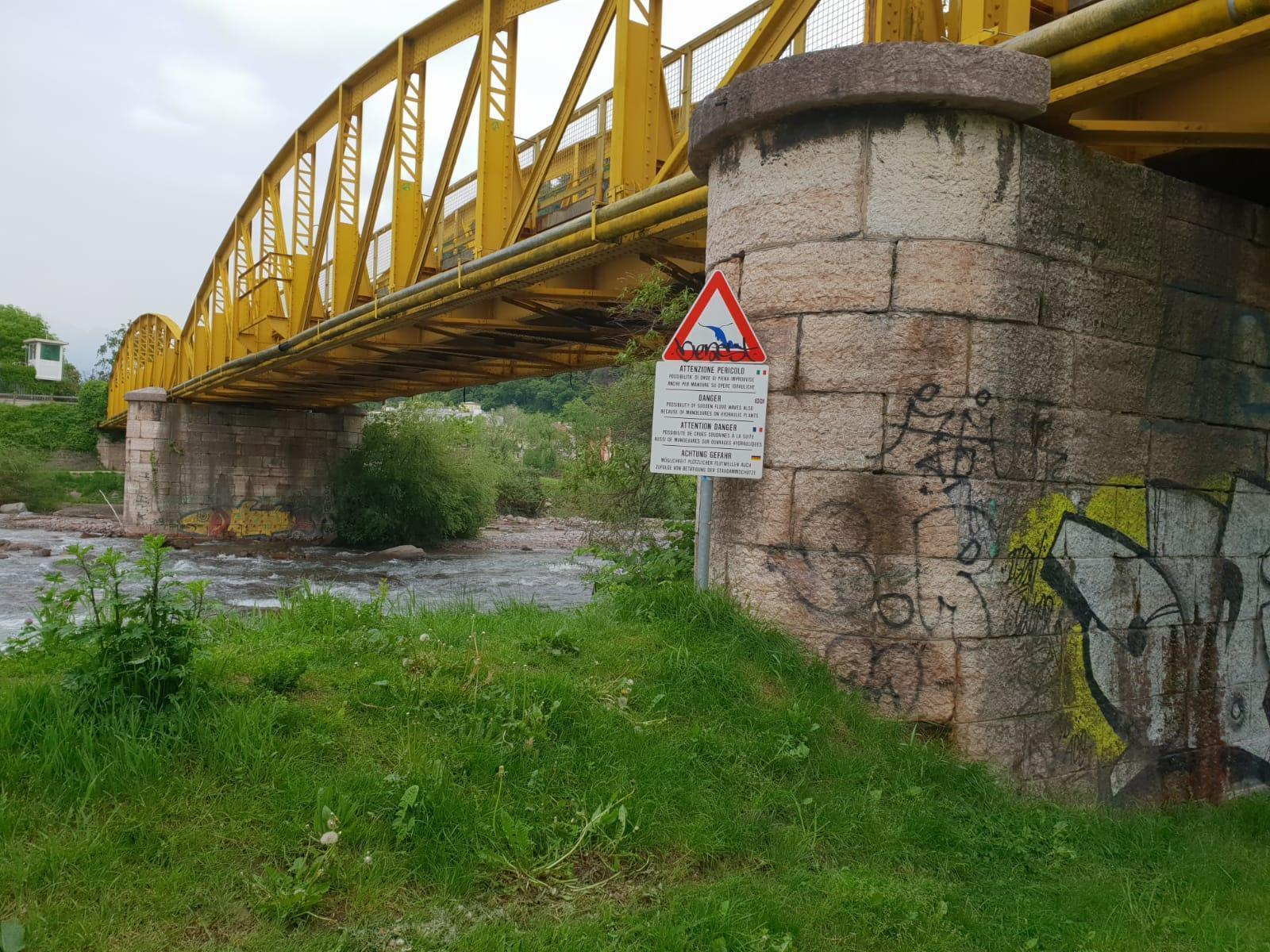 Bolzano, 16enne violentata sotto il  ponte giallo  mentre tornava da scuola