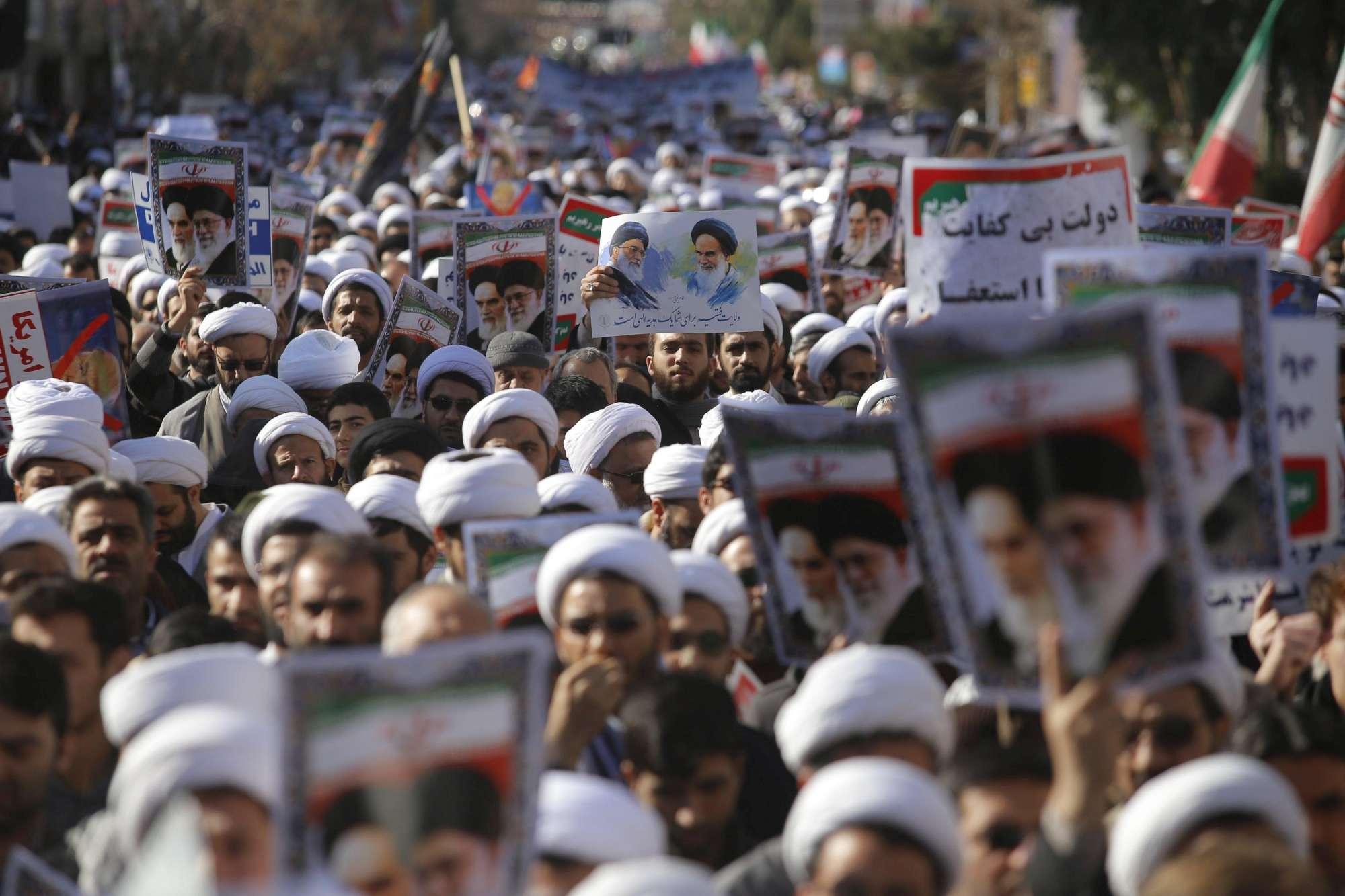 Iran, decine di migliaia di manifestanti in piazza a favore di Khamenei