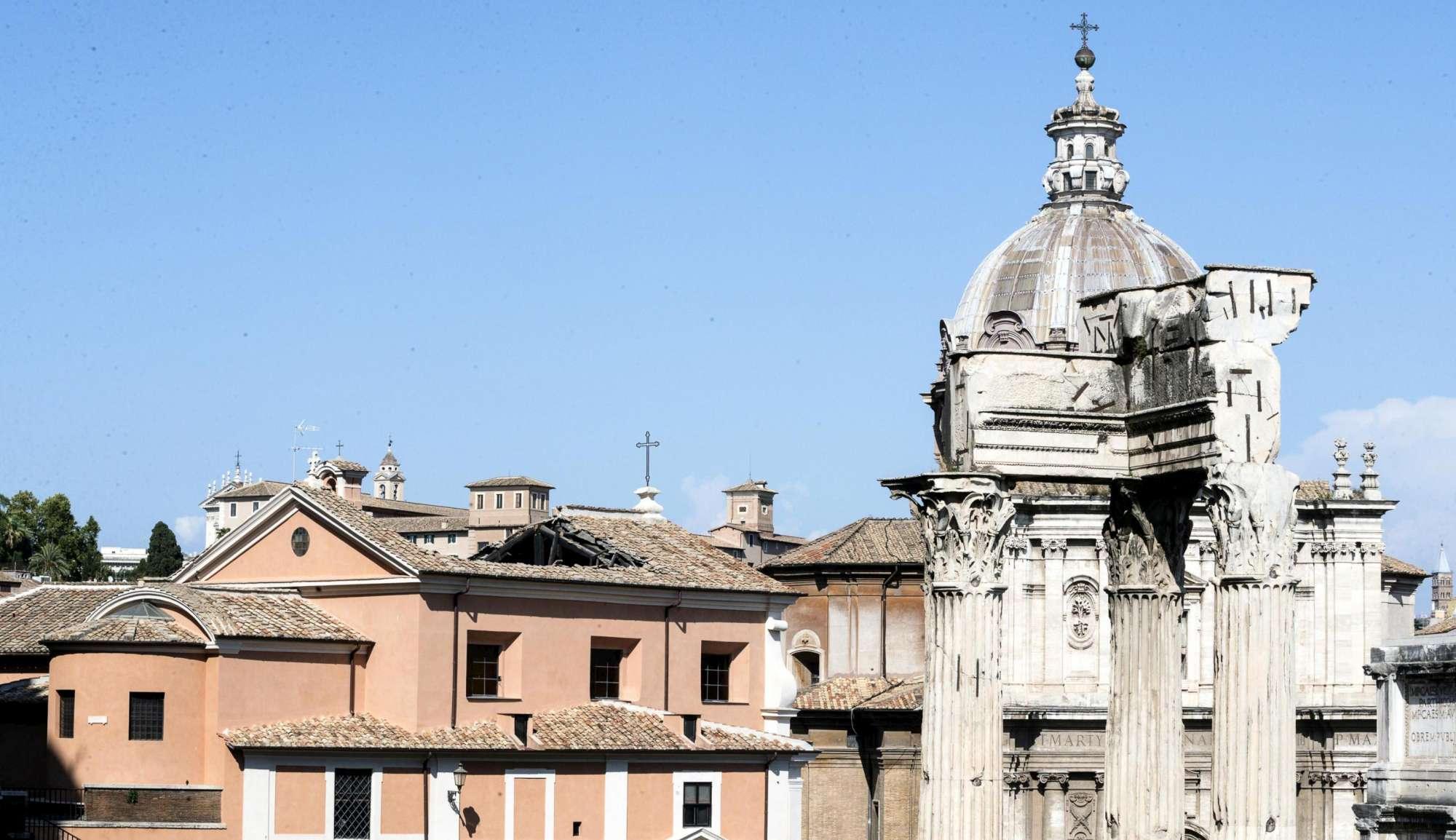 Roma, crolla il tetto della Chiesa dei Falegnami