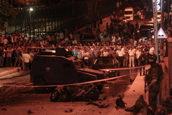 Paura a Istanbul: spari al Consolato Usa Bomba contro la polizia, tre morti