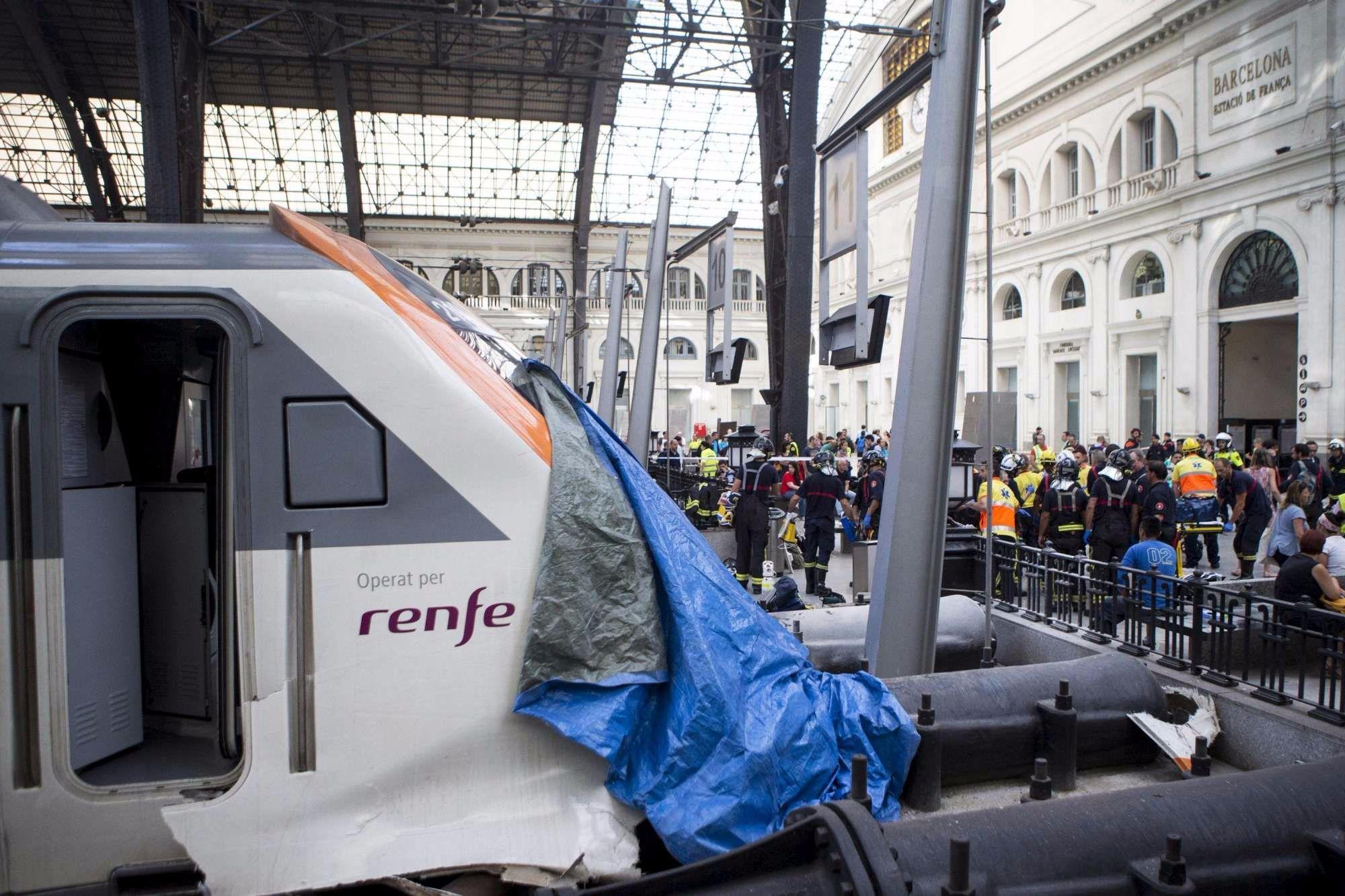 I feriti e i soccorsi dopo lo schianto alla stazione di Barcellona