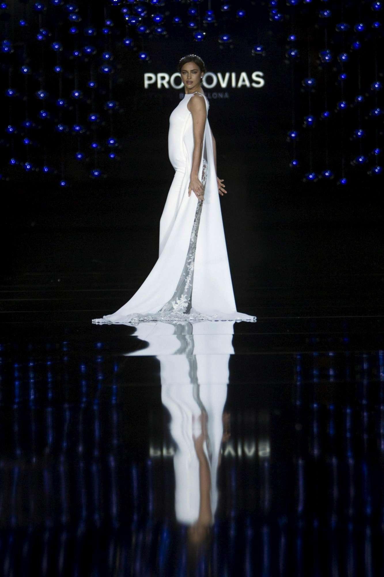 Irina Shayk, in passerella occhi puntati sulla pancia...