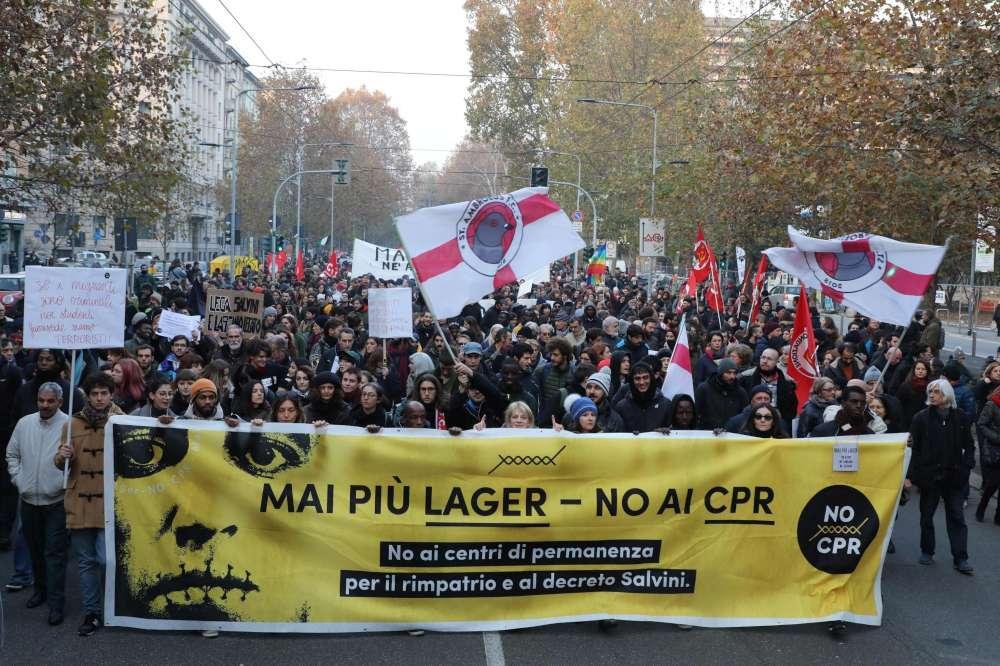 Milano, la sinistra antagonista manifesta contro il decreto Salvini