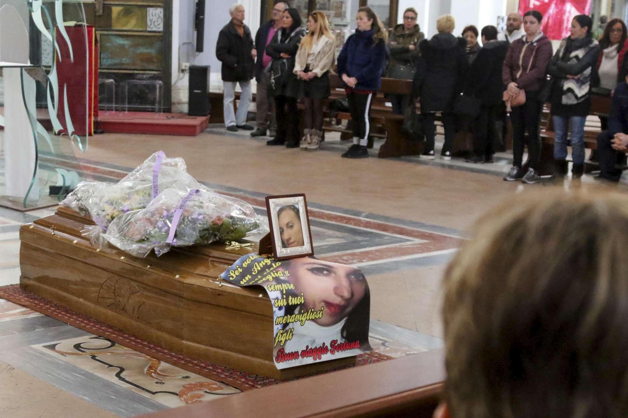 Napoli, i funerali di Fortuna Bellisario