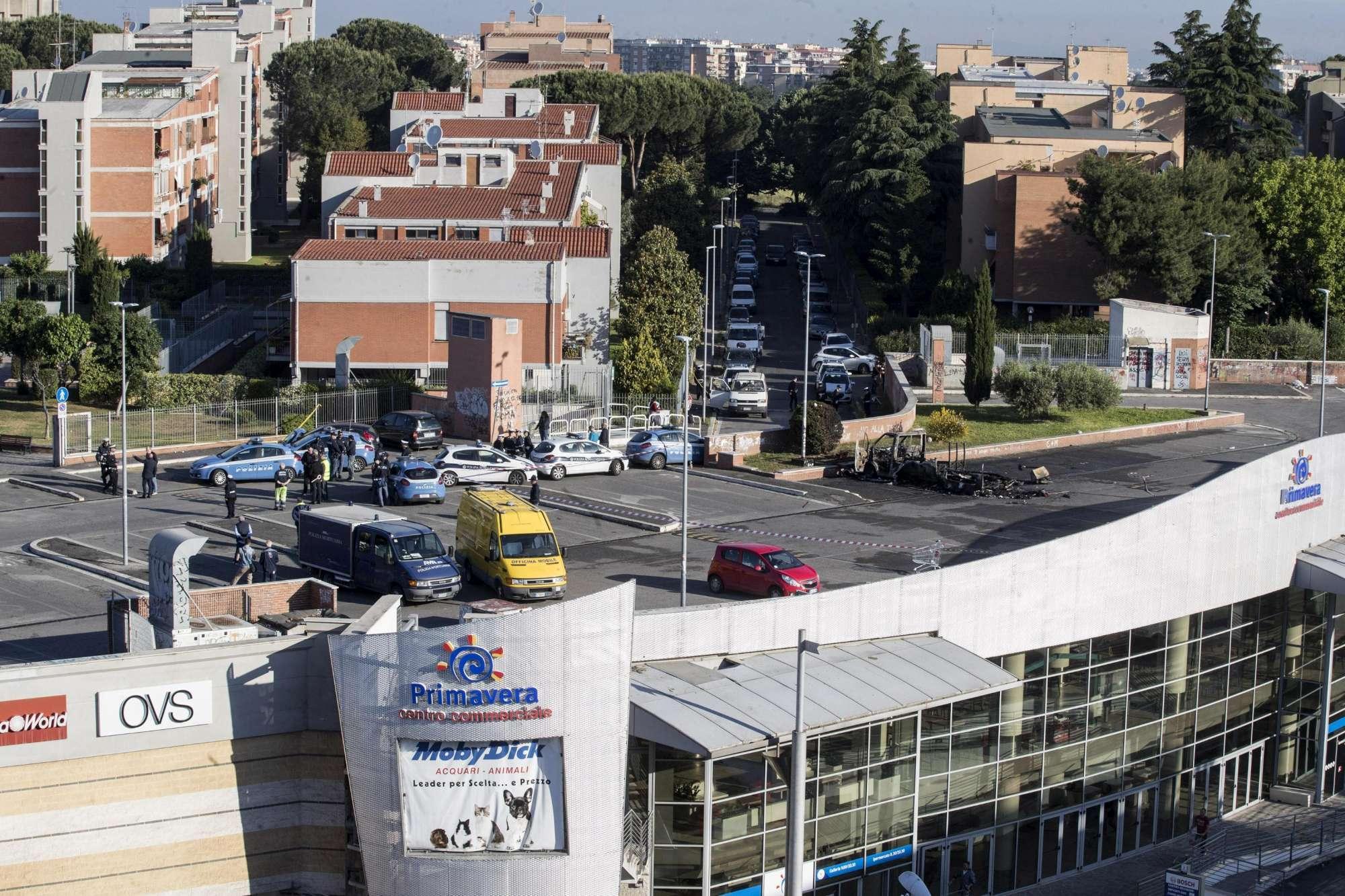Roma, va a fuoco un camper: morte una ragazza e due bambine