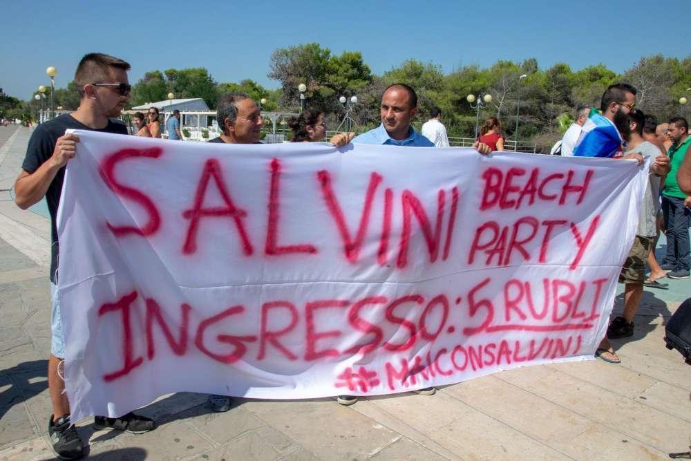 Striscioni contro Salvini a Policoro:  Ingresso 5 rubli