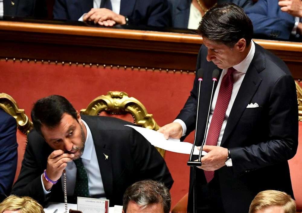 Crisi di governo, le facce di Salvini durante il discorso di Conte e il bacio al rosario