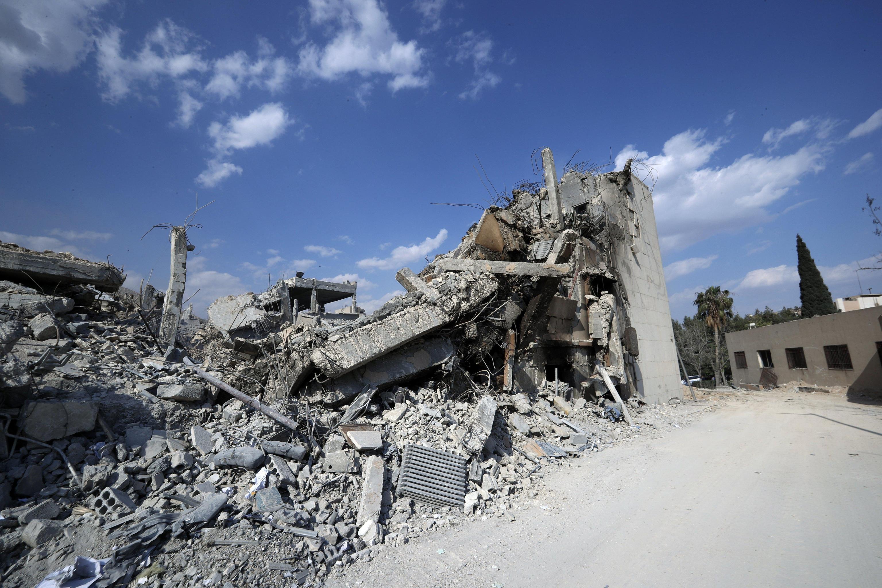 Damasco dopo i bombardamenti, colonne di fumo e case distrutte