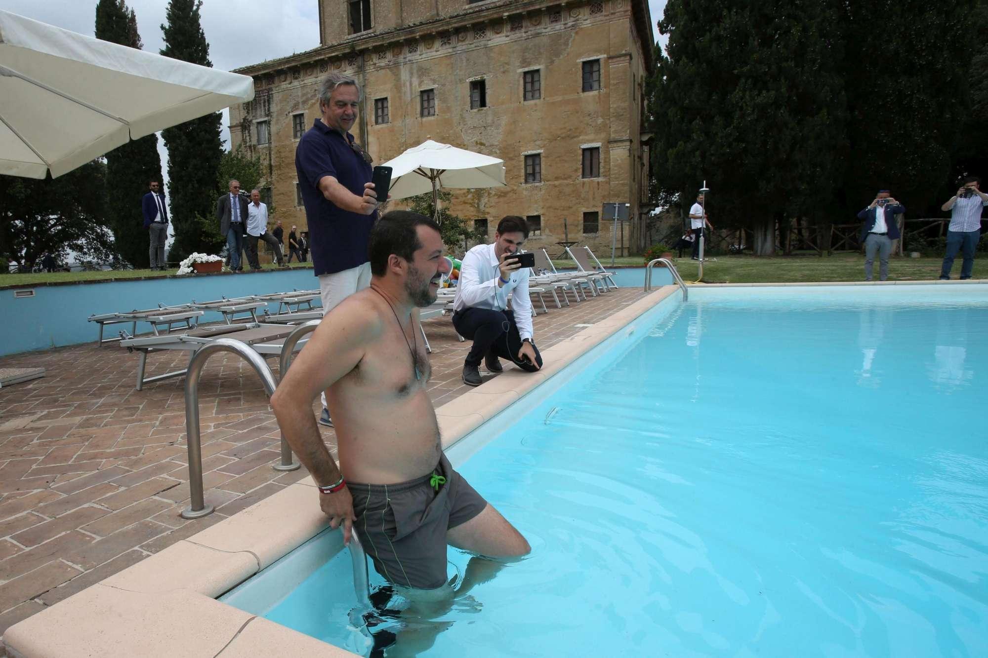 Salvini, bagno in piscina nell azienda confiscata alla mafia