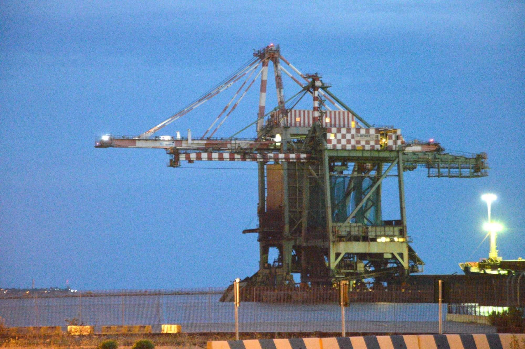 Maltempo a Taranto, gru precipita in mare: disperso un operaio