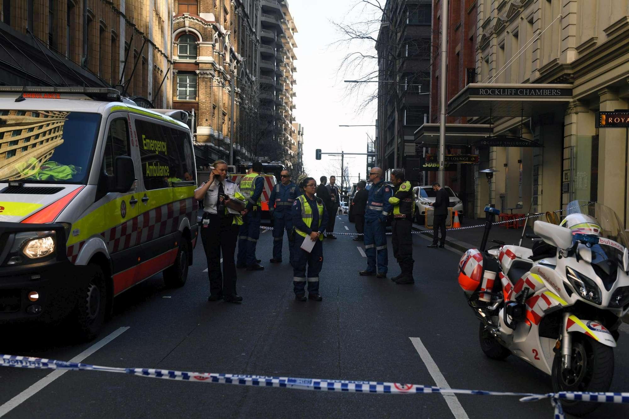 Terrore nel centro di Sydney, pugnala una donna e viene bloccato dai passanti