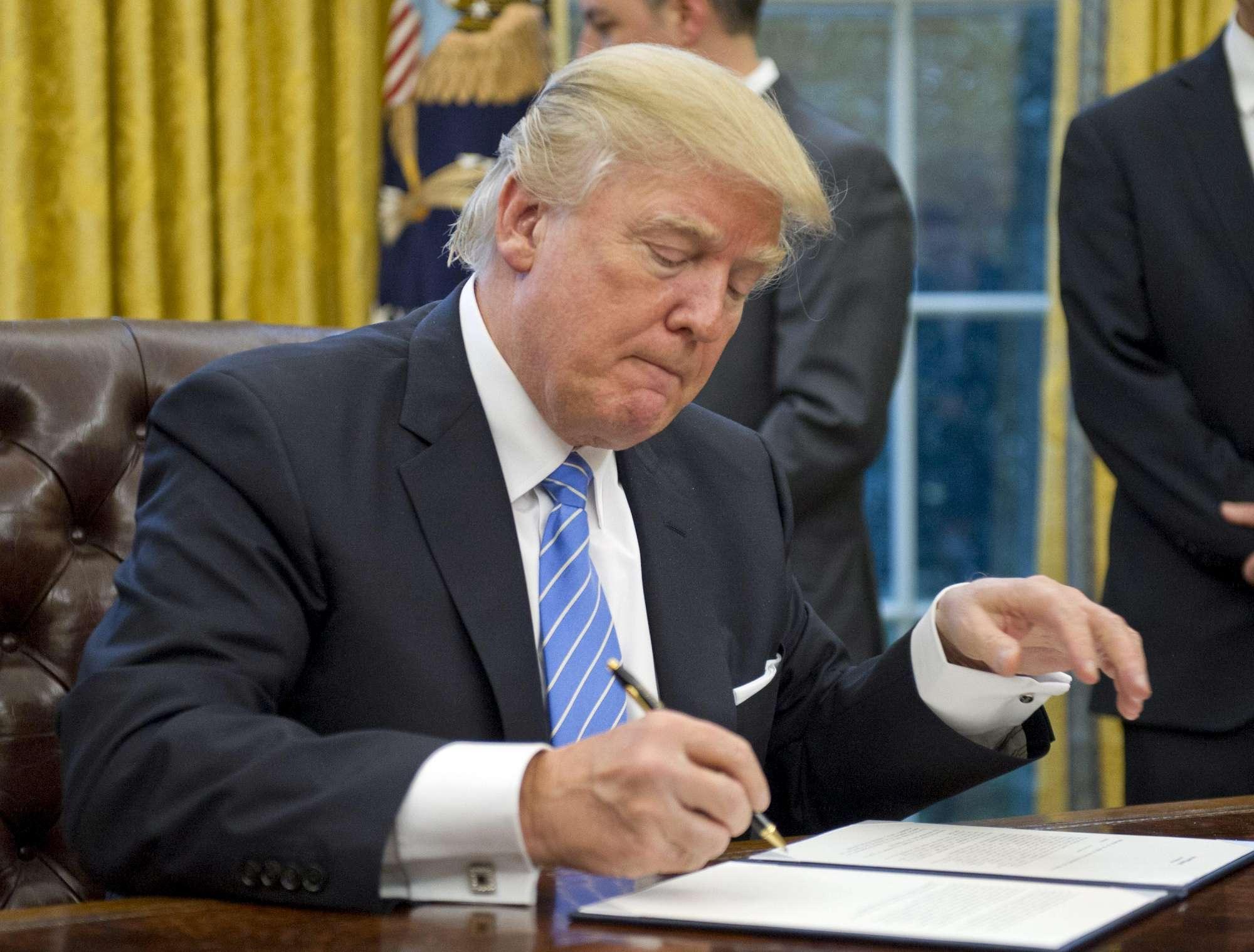 Usa: Trump firma tre ordini esecutivi su lavoro, aborti e commercio