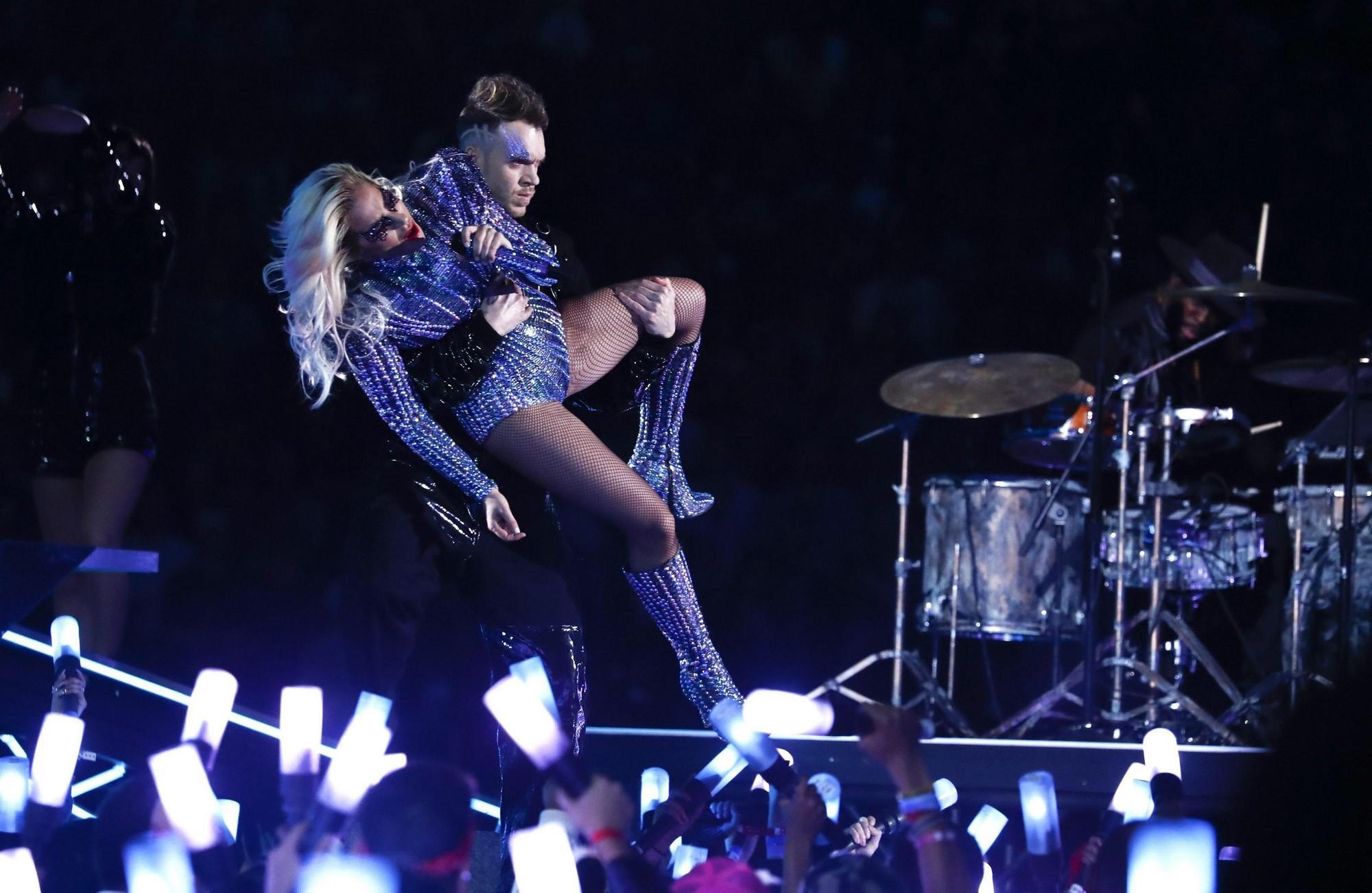 Lady Gaga lascia tutti a bocca aperta nell'intervallo del Super Bowl