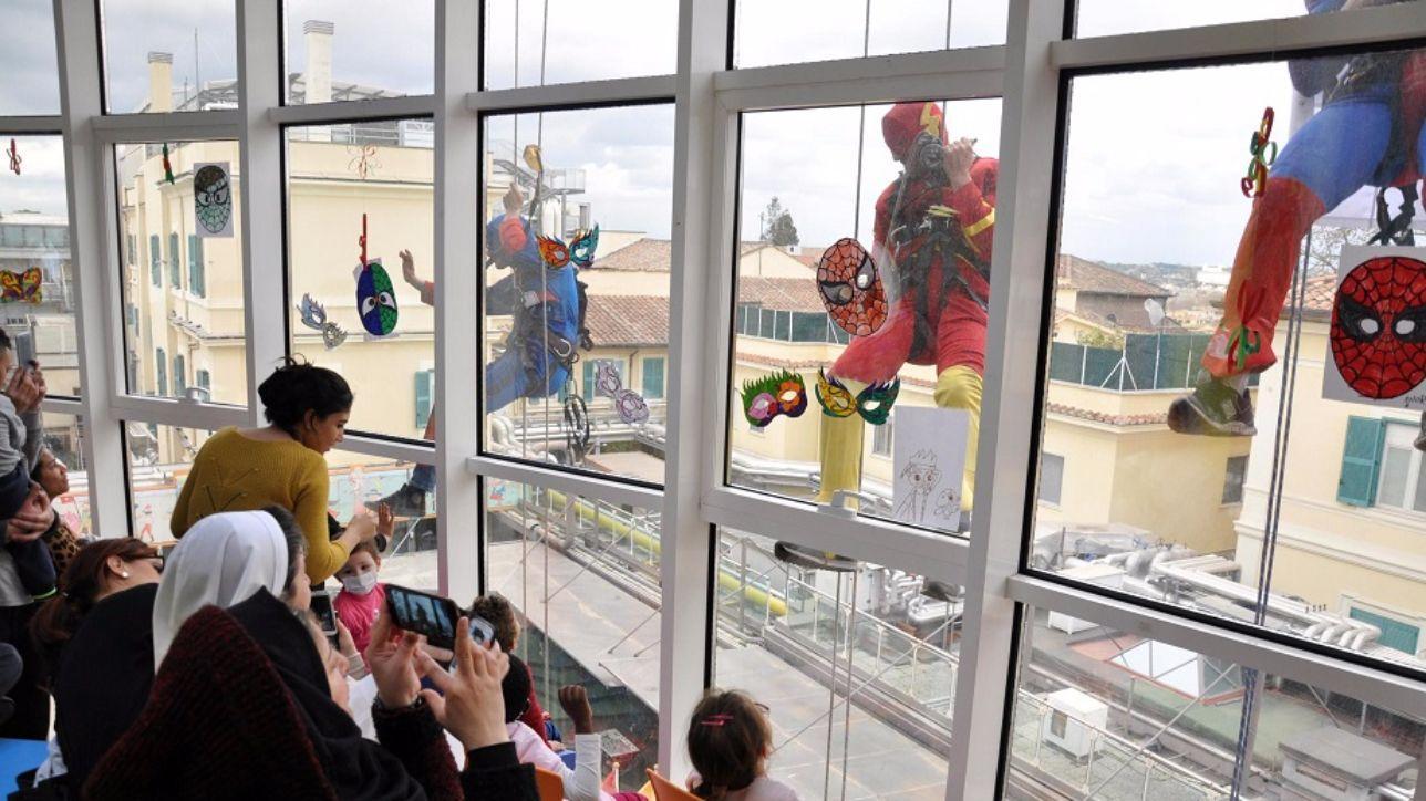 Roma, sorpresa all'ospedale pediatrico Bambino Gesù: arrivano i supereroi