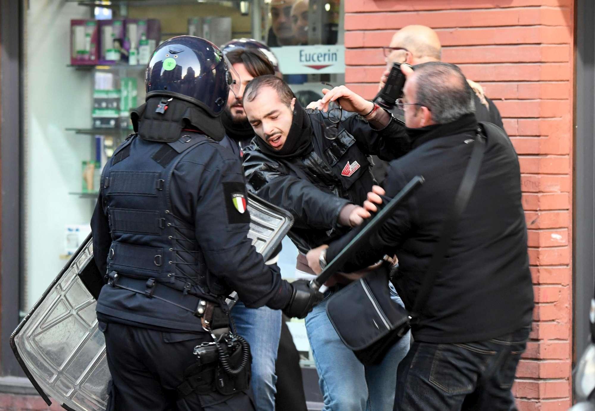 Napoli, proteste contro la visita di Matteo Salvini: scontri con la polizia