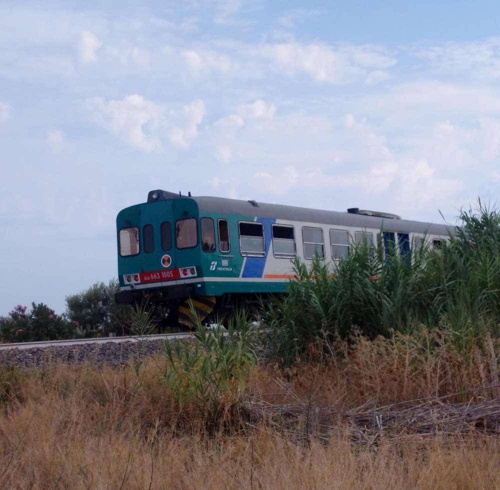 Tragedia in Calabria, famiglia travolta da un treno sui binari  morti 2  bambini da3f7a3c7e