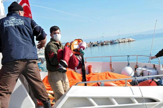 Nuova strage di migranti nel Mar Egeo: anche 11 bambini tra le vittime