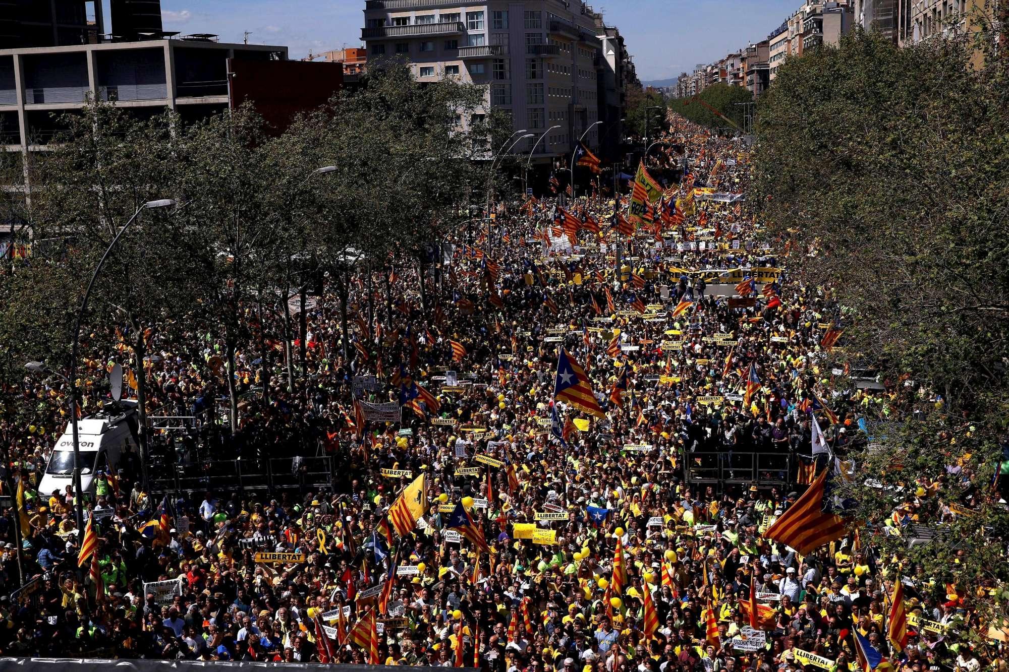 Catalogna, protesta a Barcellona: in migliaia chiedono il rilascio dei leader indipendentisti