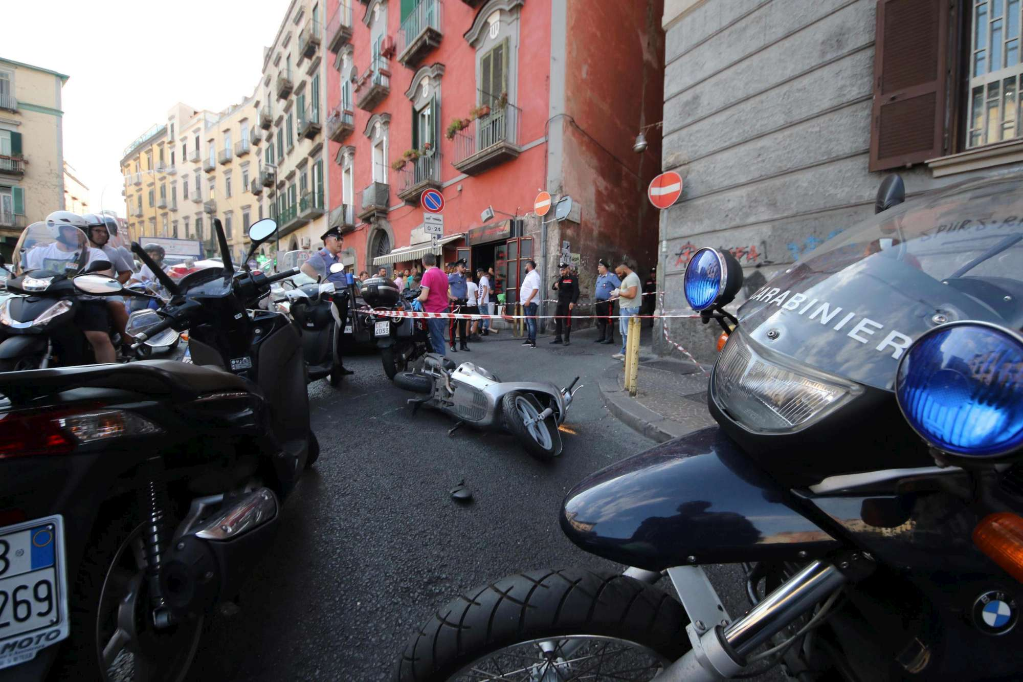 Sparatoria a Napoli, due assassinati in strada