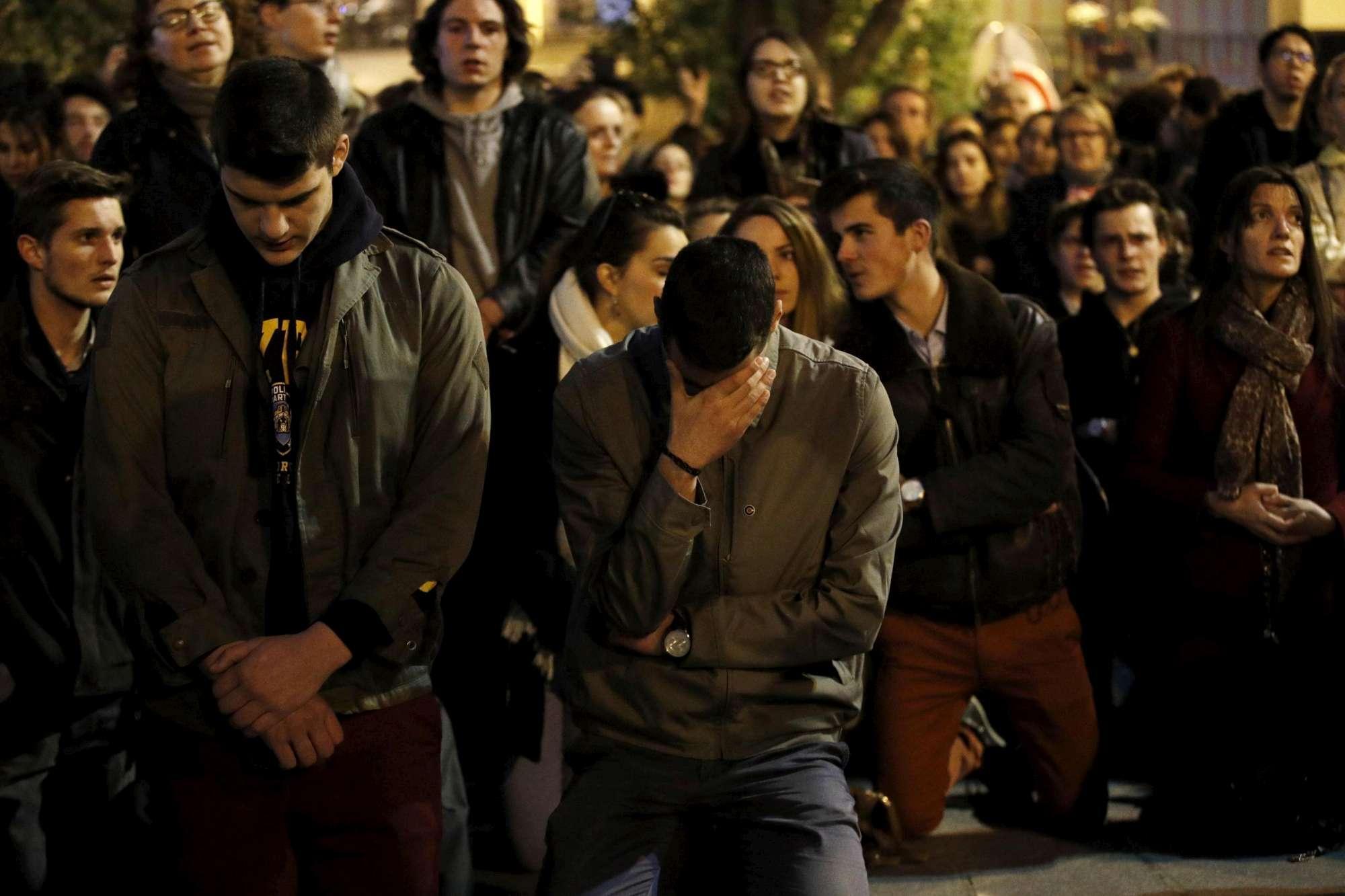 Incendio a Notre-Dame, i fedeli pregano e si disperano in strada