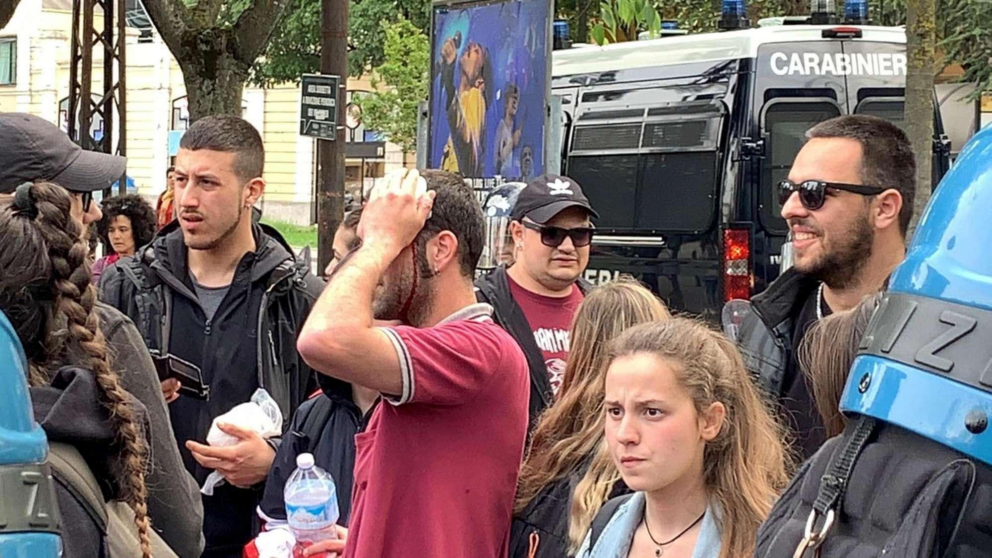 Modena, sassaiola contro polizia al comizio di Salvini