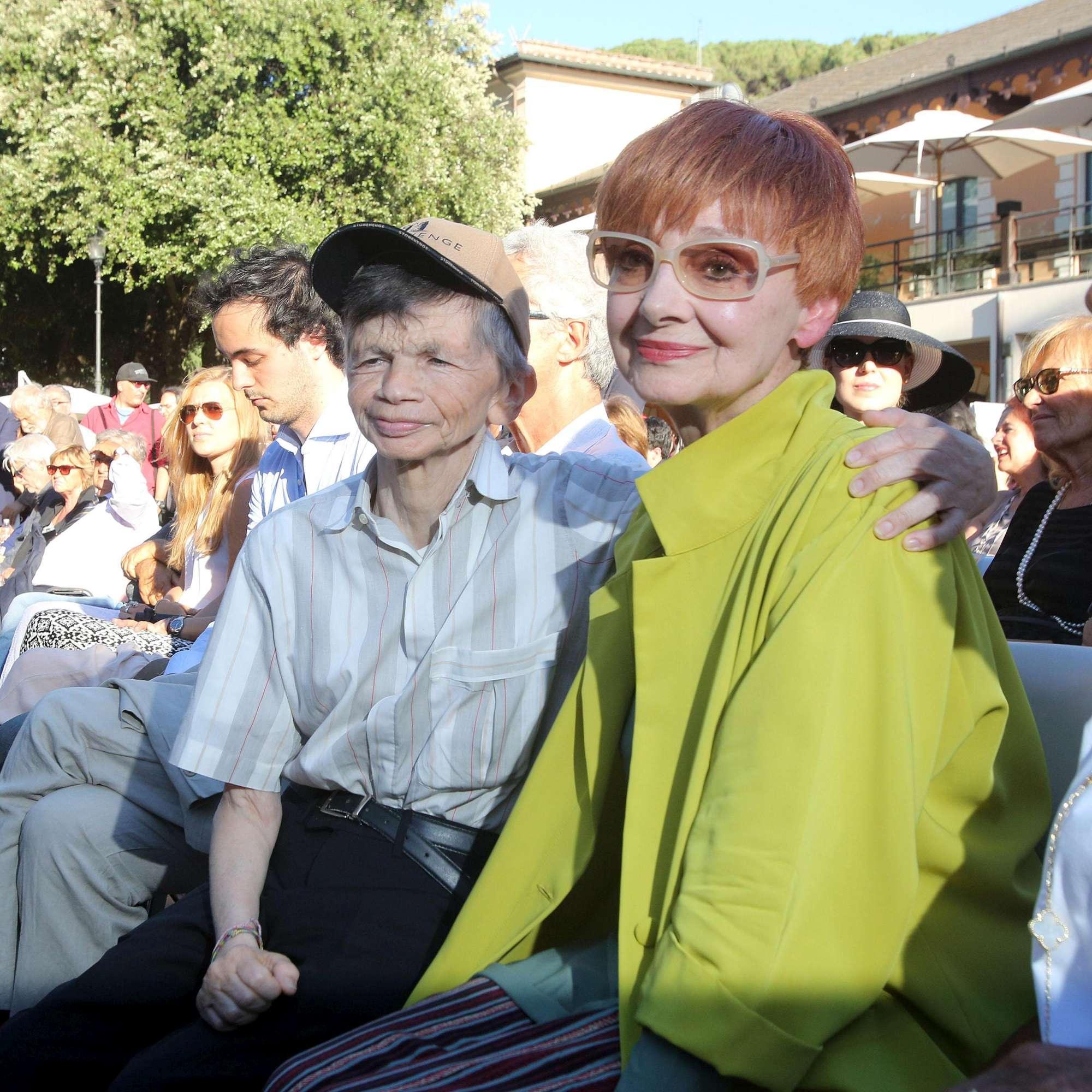 Funerali Paolo Villaggio, la  famiglia Fantozzi  in prima fila