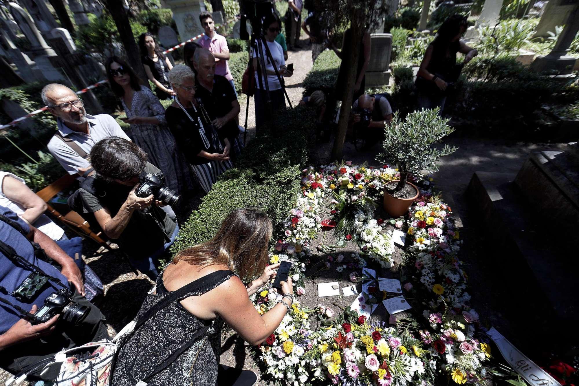 Una folla per l ultimo saluto ad Andrea Camilleri nel cimitero acattolico di Roma