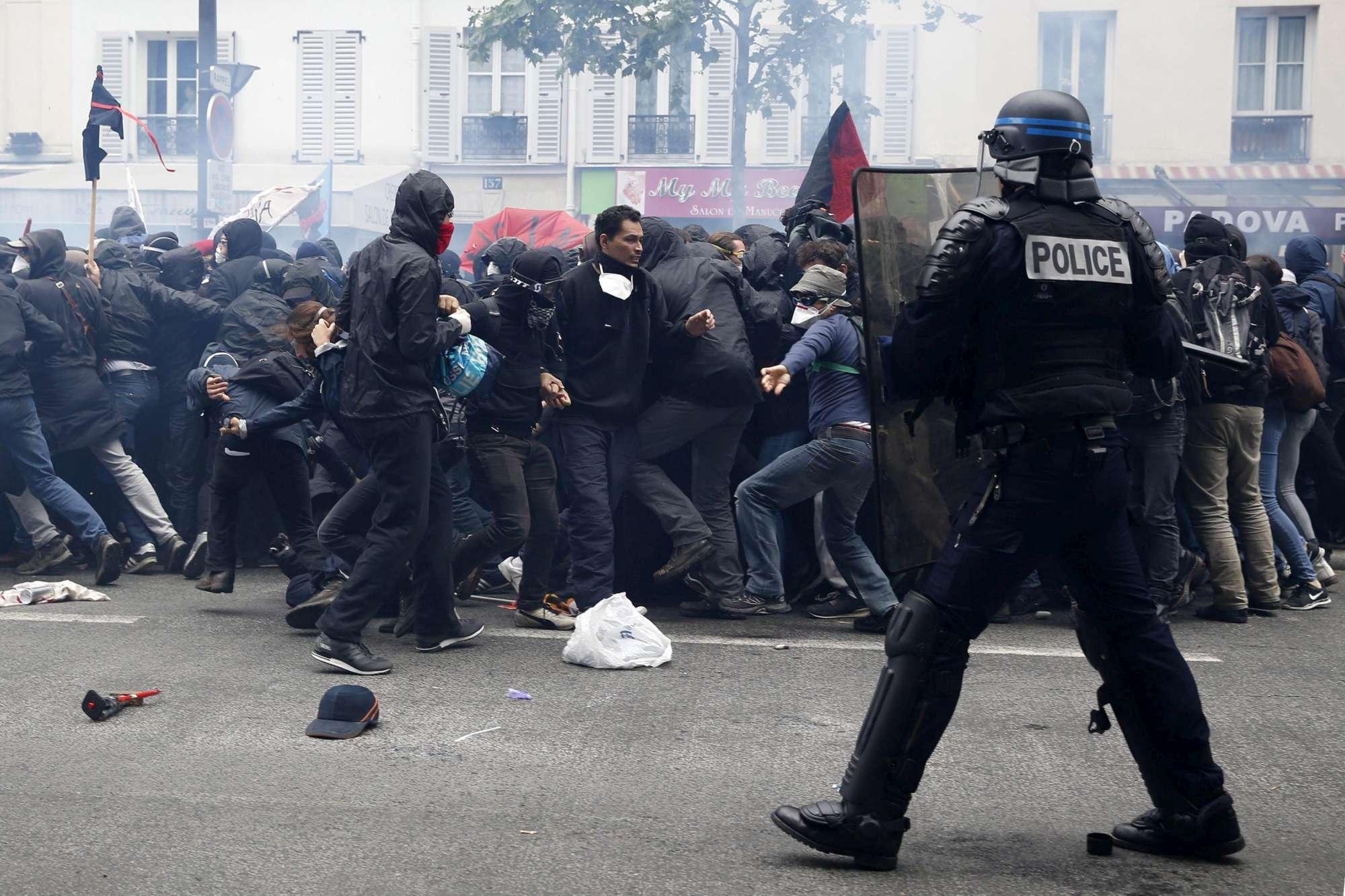 Parigi, scontri con la polizia al corteo dei sindacati: molti feriti