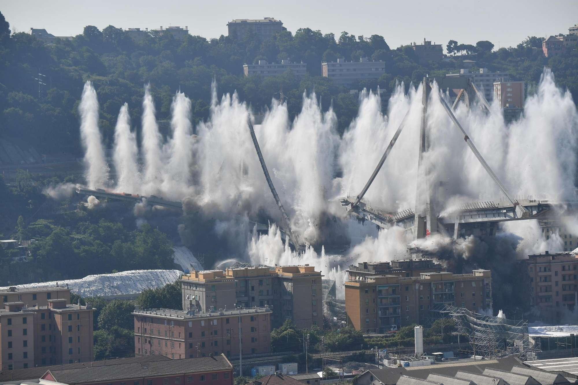 Genova, il momento della demolizione del ponte Morandi
