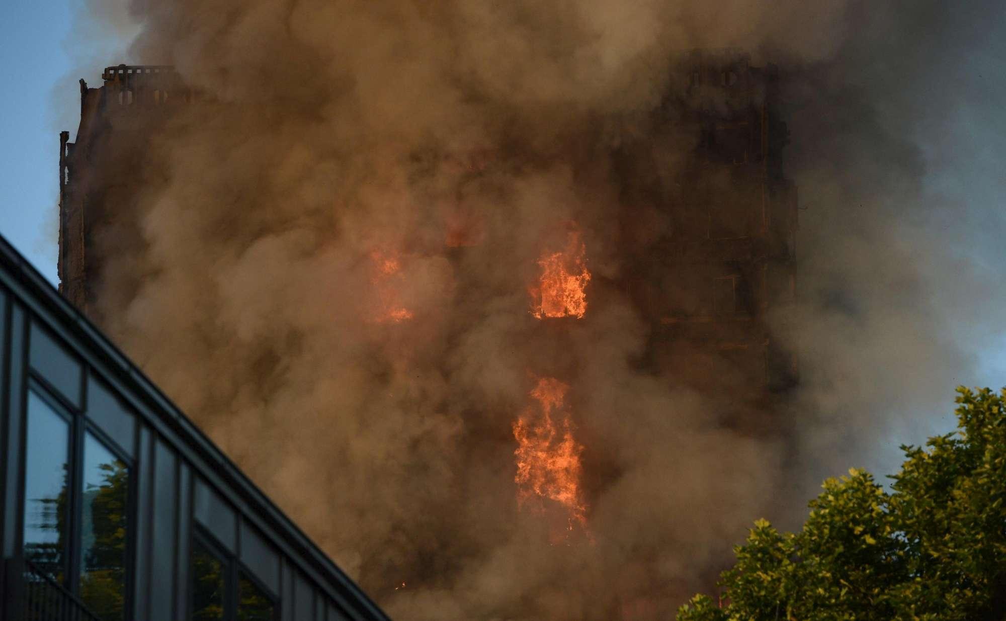 Londra, le immagini del rogo della Grenfell Tower