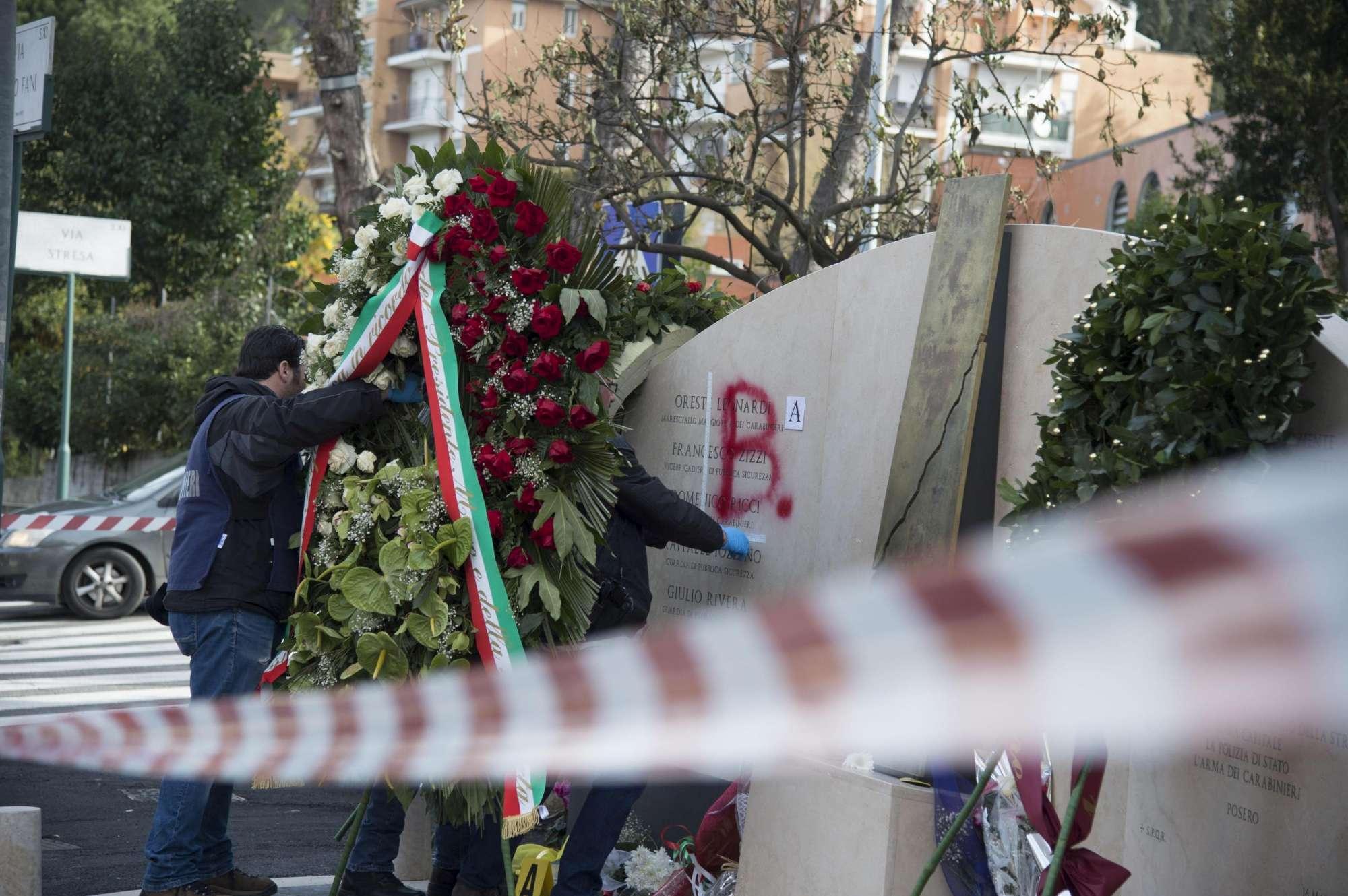 Aldo Moro: imbrattato col la scritta Br il nuovo monumento in via Fani