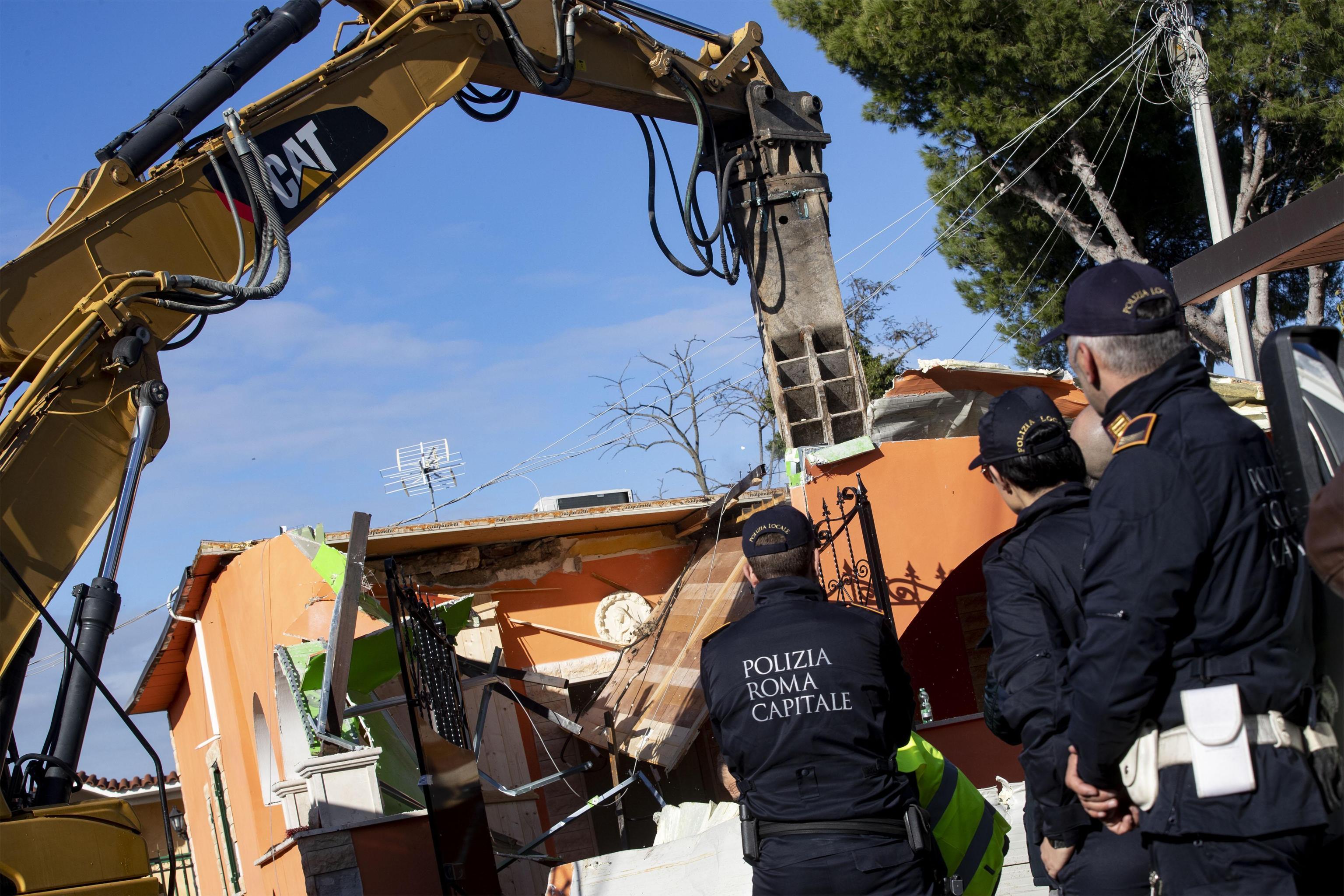 Roma, ruspe in azione per abbattere le otto ville dei Casamonica