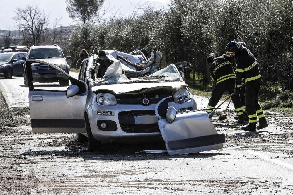 Guidonia, muore nella sua auto schiacciata da un albero