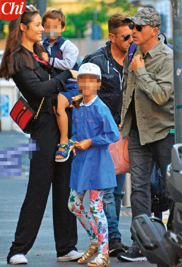Ramazzotti e Pellegrinelli insieme per il primo giorno di scuola della figlia