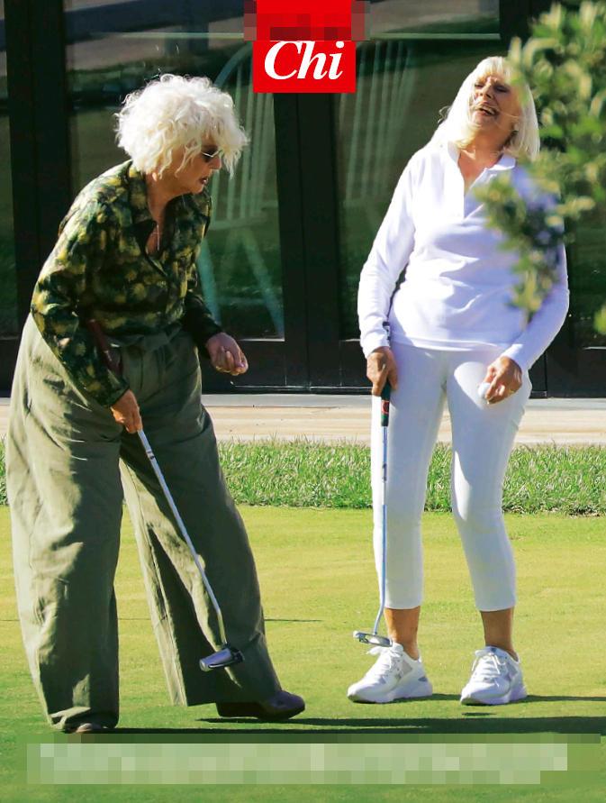 Golf e risate per Raffaella Carrà e Loretta Goggi