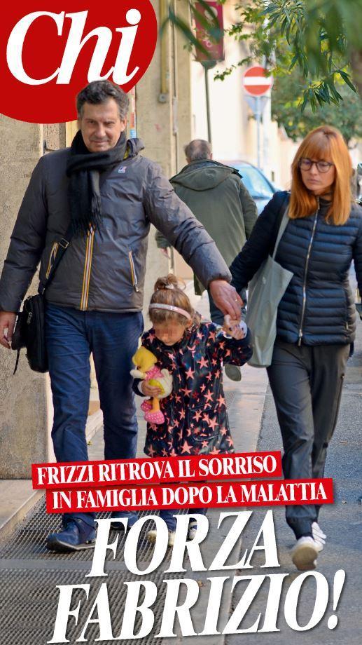 Fabrizio Frizzi sorride con la moglie e la figlia