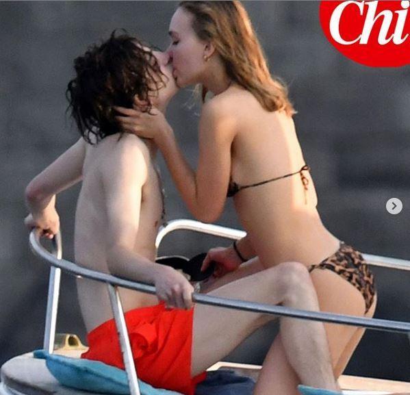 Lily Rose Depp e Timothée Chalamet escono allo scoperto: le immagini della vacanza d amore