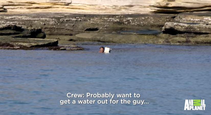Australia, troupe televisiva salva un naufrago